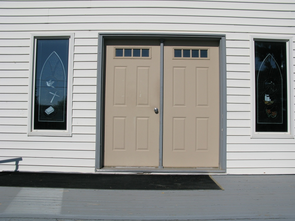 close-up of the doors of the Aberdeen Mennonite Church
